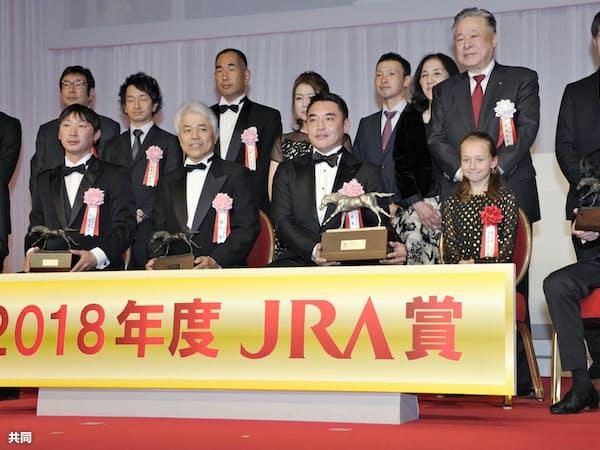 JRA賞授賞式で年度代表馬などに選ばれたアーモンドアイの関係者らと騎手大賞を受賞したクリストフ・ルメール騎手(前列右端)=共同