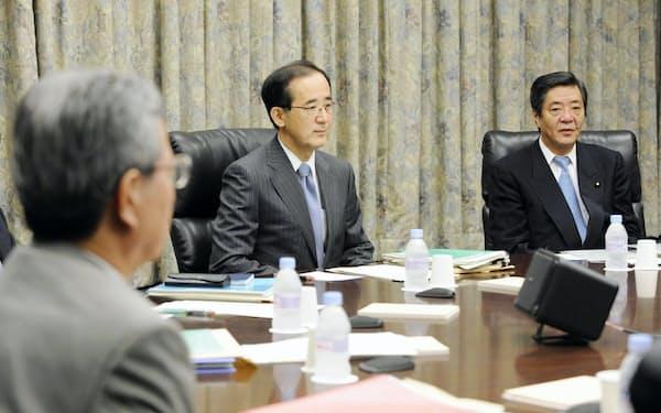 決定会合に出席する白川総裁(中)(2008年10月)
