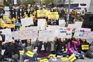 2018年11月、元慰安婦の女性らの支援団体が開いた集会で財団の解散を歓迎する参加者=共同