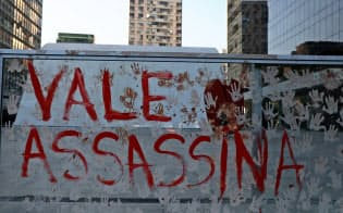ヴァーレの社屋に書かれた抗議のメッセージ(28日、リオデジャネイロ)=ロイター