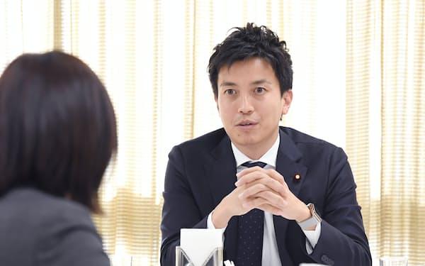 自民党の行政改革推進本部会合後、記者の質問に答える小林史明事務局長(29日、自民党本部)