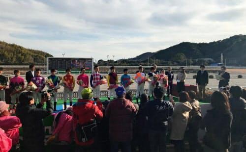 騎手紹介式に集まった全国の若手12人。横一列に並んだ姿には初々しさが感じられた