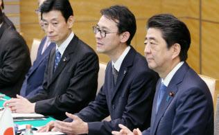 日・カタール首脳会談で、安倍首相の隣で発言をアラビア語に通訳する西田光貴さん(29日、首相官邸)