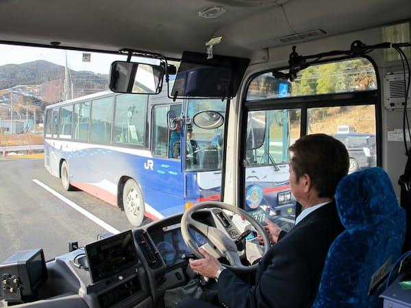 バスは対向車を自動で避け、安全に走行した(29日、岩手県陸前高田市)