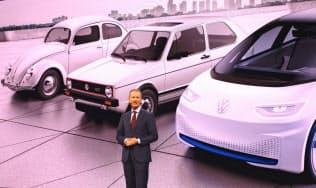 VWはディース社長のもと、I.D.(背景(右))で21世紀のビートル(同(左))の成功の再現を狙う