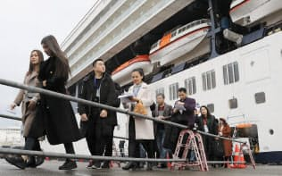 クルーズ船から下船する外国人観光客(福岡市博多区の博多港)