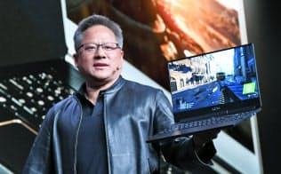 新型GPUを発表するエヌビディアのジェンスン・ファンCEO(6日、米ラスベガス)=目良友樹撮影