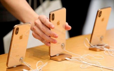 「相対的に米ドルが強く、我々の製品は世界の多くの場所でより高くなった」。クックCEOはiPhone低迷の理由の一つに為替を挙げた=ロイター