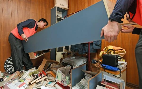 大阪北部地震で被災した住宅内から家具などを運び出すボランティア(2018年6月、大阪府茨木市)