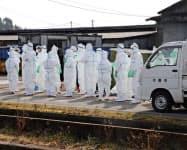 子豚から豚コレラの陽性反応が出た岐阜県本巣市の養豚場で防疫作業の準備をする作業員(30日午前10時21分)=共同