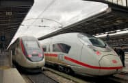 シーメンスの高速鉄道「ICE」(右)とアルストムの「TGV」(仏パリ東駅)