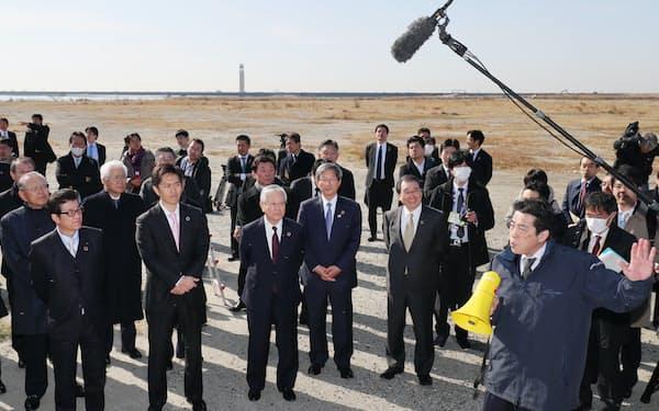2025年日本国際博覧会協会が発足し、会場となる夢洲で説明を聞く中西会長(前列左から3人目)ら(30日午前、大阪市此花区)