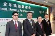 30日、香港で決算会見に臨む恒隆地産の陳啓宗董事長(右から2人目)ら