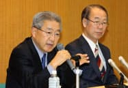 記者会見する三十三フィナンシャルグループの渡辺社長(左)と岩間会長(30日、三重県四日市市)