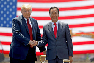 パネル工場の起工式で握手する鴻海の郭氏(右)とトランプ氏(昨年6月、米中西部ウィスコンシン州)=ロイター