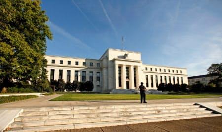 FOMCは金融政策の現状維持を決め、追加利上げを見送った(写真はワシントンのFRB本部)=ロイター