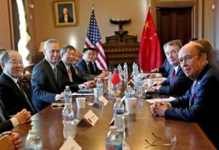 30日にワシントンで米中貿易協議に臨む両国の閣僚ら=ロイター
