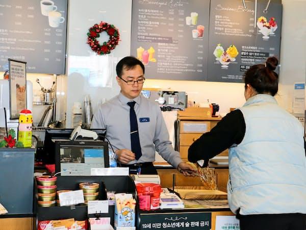 韓国では多くのサラリーマンが独立して老後に備える(韓国・天安市でパン店を営む鄭さん)