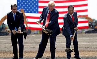 トランプ氏(中)と鴻海の郭台銘董事長(右)(18年6月、ウィスコンシン州でのパネル工場起工式)=ロイター