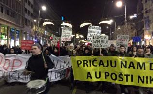 毎週土曜日に反ブチッチ政権のデモ隊はベオグラード市街を行進する