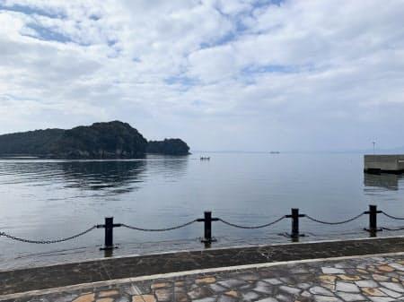 穏やかな不知火海を小さな釣り船が行き交う(1月13日、熊本県水俣市)