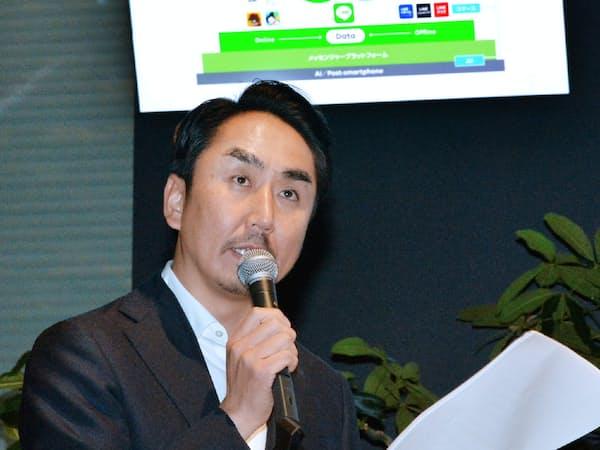 記者会見するLINEの出沢剛社長(31日午後、東京都新宿区)