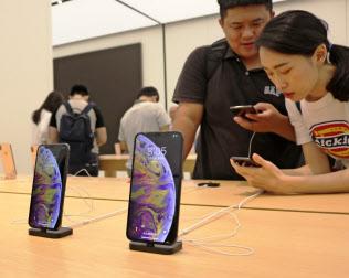 iPhoneの販売不振で台湾経済に悪影響が出ている(18年10月、台北市内のアップルショップ)