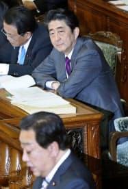 衆院本会議で社保・野田代表(手前)の質問を聞く安倍首相(31日)