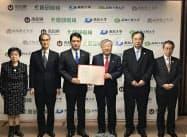 協定調印式に参加した関係者(31日、高知県庁)