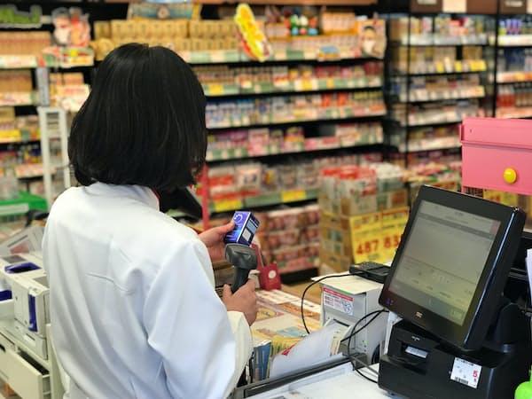 ココカラファインは簡単に操作できるPOSレジへの刷新を進め、タブレット型も導入して運営効率化を図る(東京都内の店舗)