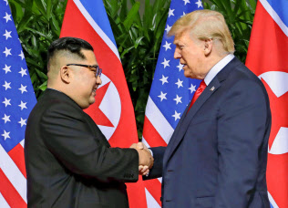 2018年6月、会談する北朝鮮の金正恩朝鮮労働党委員長(左)とトランプ米大統領(シンガポール)=共同