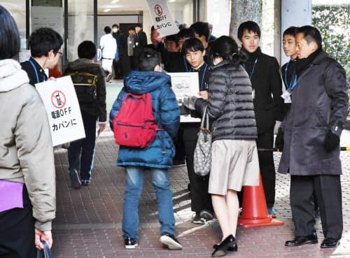 私立中学の入学試験に向かう受験生(1日午前、東京都荒川区)