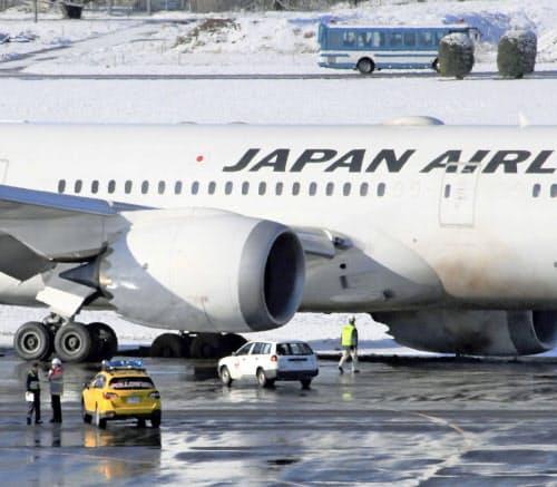 成田空港に着陸後、誘導路で脱輪し動けなくなった日本航空機(1日午前8時40分ごろ)=共同