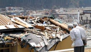 津波で被害を受けた市街地に向かって黙礼する天皇、皇后両陛下(2011年4月27日、宮城県南三陸町)