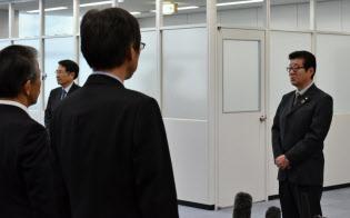 職員に訓示を述べる松井知事(右)(1日午前、大阪市内)