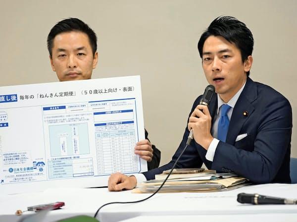 自民党の小泉進次郎氏(写真右)は、国会改革や社会保障改革の実現に向けて党派を超えた仲間作りに意欲をみせる=共同