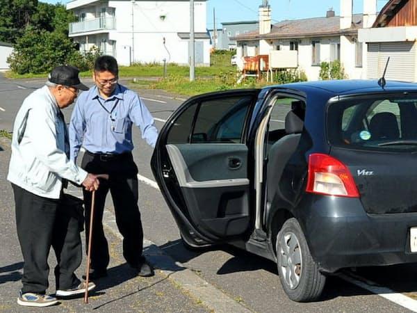 ノッテコは自家用車の相乗りの仲介サービスで、交通の便が悪い過疎地を支援する(北海道天塩町)