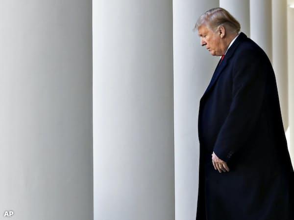 トランプ大統領の支持率は政府機関が閉鎖されていた間、下がったが、急落まではしなかった=AP