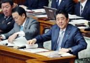 参院本会議で質問を聞く安倍首相(1日)