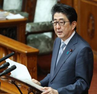 参院本会議で答弁する安倍首相(1日)