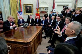 中国の劉鶴副首相(右端)はトランプ大統領を面会で持ち上げた(1月31日、ホワイトハウス)=ロイター