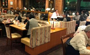 シニア夫婦の利用が店内に目立つ時間帯もある(東京都世田谷区のロイヤルホスト桜新町店)