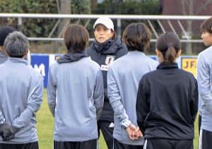 強化合宿を前に、選手らに話をするサッカー女子日本代表の高倉監督(31日、静岡県内)=共同