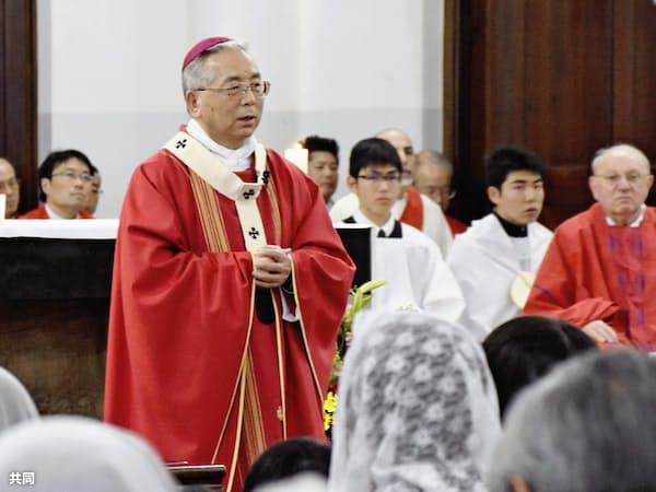 ミサで信徒らに呼び掛けるカトリック長崎大司教区の高見三明大司教(3日午後、長崎市)=共同