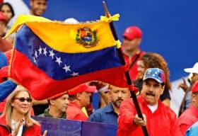 ベネズエラではマドゥロ大統領の正当性が問われる事態となっている(2日、カラカス)=ロイター