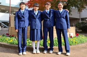 埼玉県新座市立第六中学校では1月から女子生徒もスラックスを選べるようになった(同中学校提供)