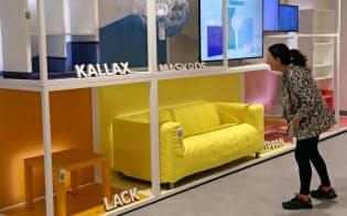 イケアは郊外型店舗で商品を販売し、顧客が自ら持ち帰って組み立てるビジネスモデルを変えようとしている=ロイター