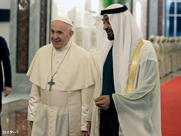 アブダビ皇太子の出迎えを受けるローマ法王フランシスコ(左)=ロイター