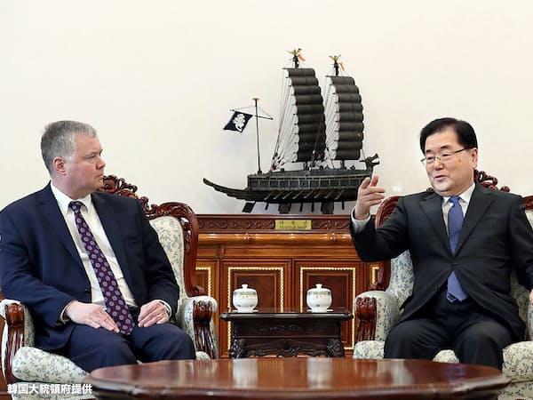 4日、会談する米国のビーガン北朝鮮担当特別代表(左)と韓国の鄭義溶・国家安保室長=韓国大統領府提供