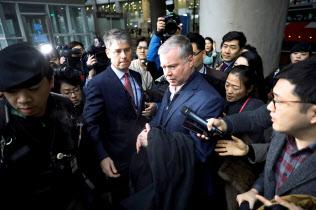 報道陣に囲まれるビーガン北朝鮮担当特別代表(3日、仁川空港)=ロイター